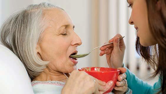 Resultado de imagen para adulto mayor comiendo hospitalizado