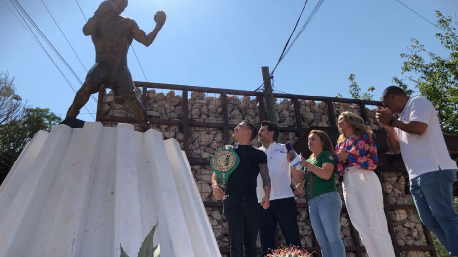 La figura de bronce de Óscar Valdez.png