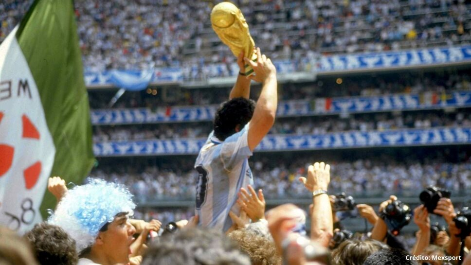 Diego Armando Maradona alza la Copa del Mundo