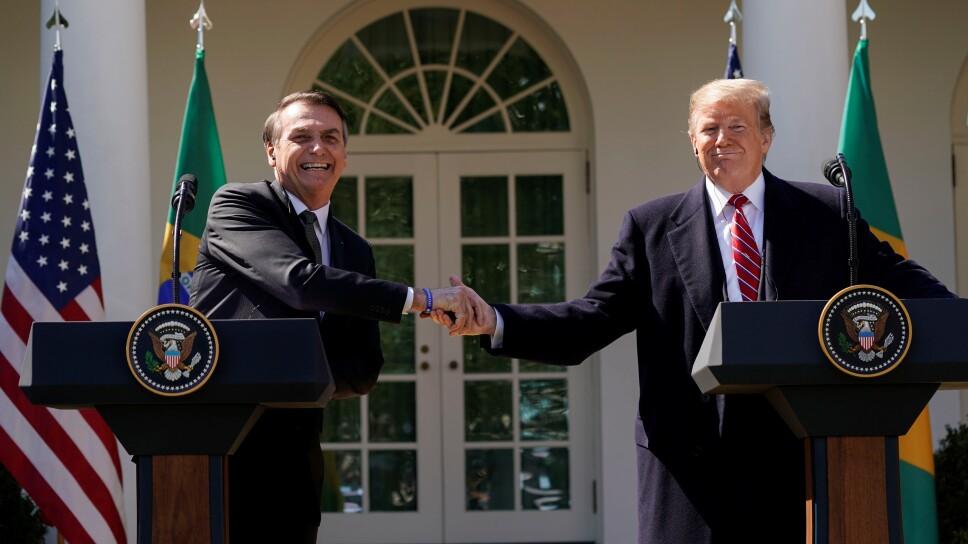 Foto de archivo. El presidente de Brasil Jair Bolsonaro se da la mano con su par estadounidense Donald Trump en una conferencia de prensa conjunta en el Rose Garden de la Casa Blanca en Washington.