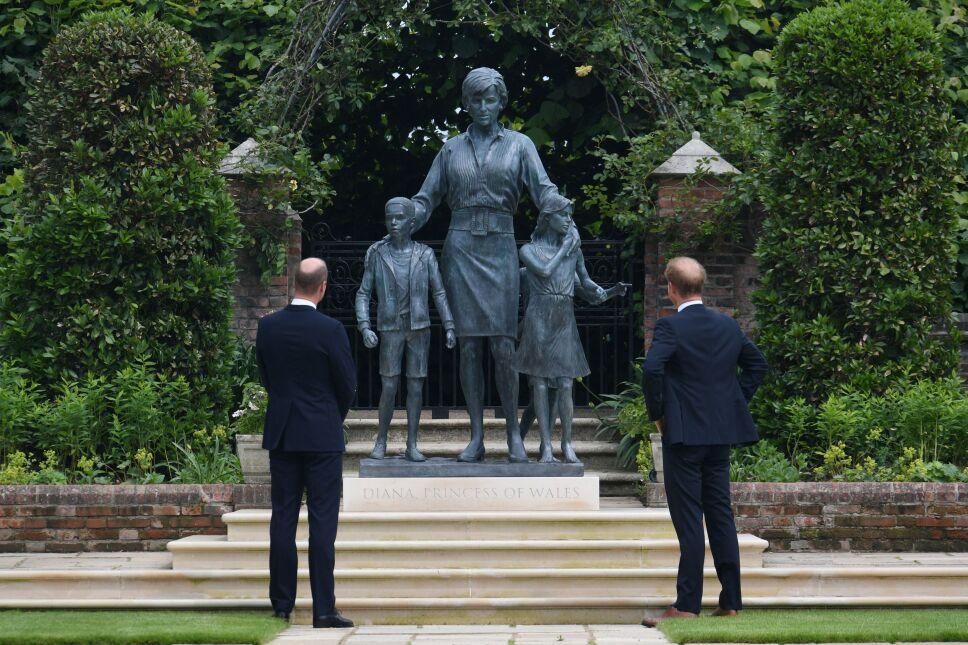 Príncipes William y Harry develan estatua de su madre Lady Di