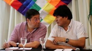 Expresidente boliviano Evo Morales le habla al candidato presidencial por el Movimiento Al Socialismo (MAS), Luis Arce Catacora, durante un encuentro partidario en Buenos Aires