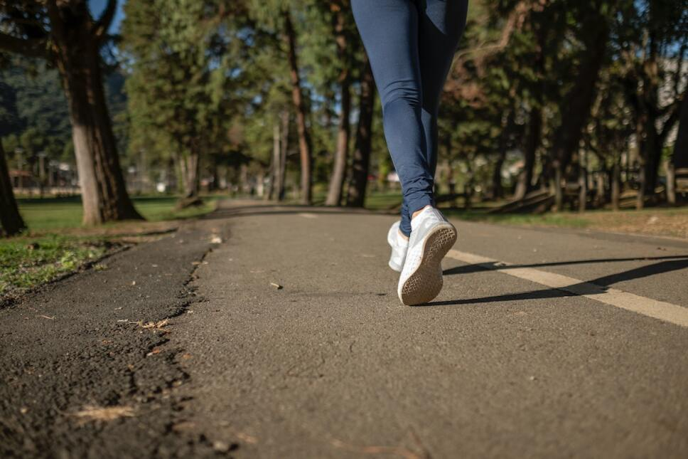 mujer en caminata