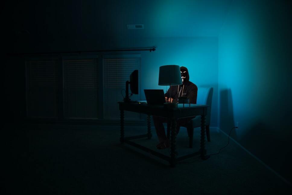 hombre anonimo en su computadora