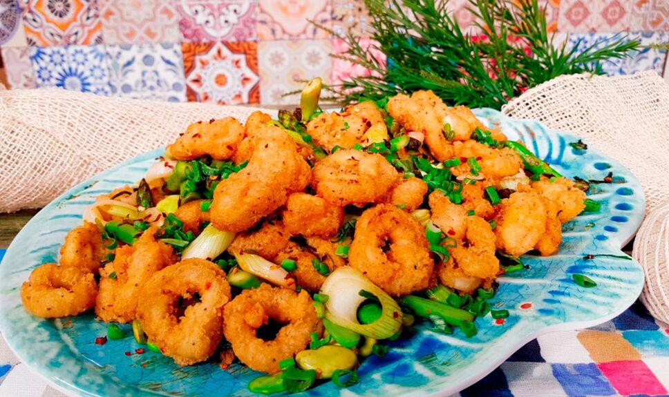 Calamares capeados con alioli y salteado de ejotes, habas verdes y espárragos