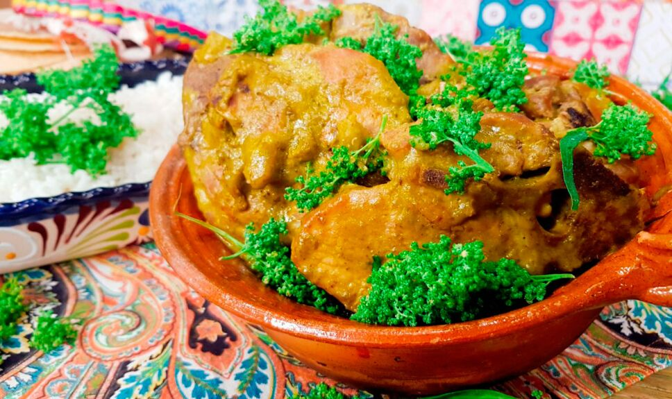 Espinazo en salsa cremosa de poblano con huauzontles