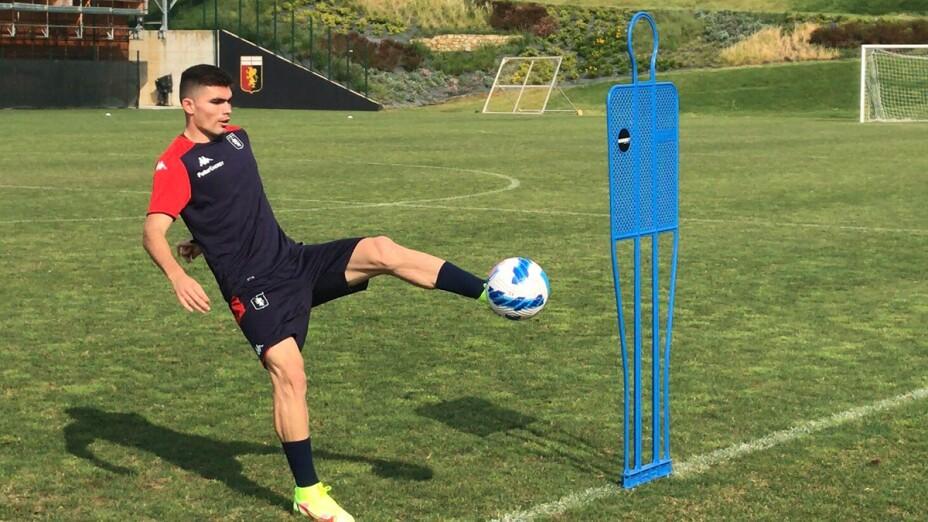 Johan Vásquez en el entrenamiento con Génova