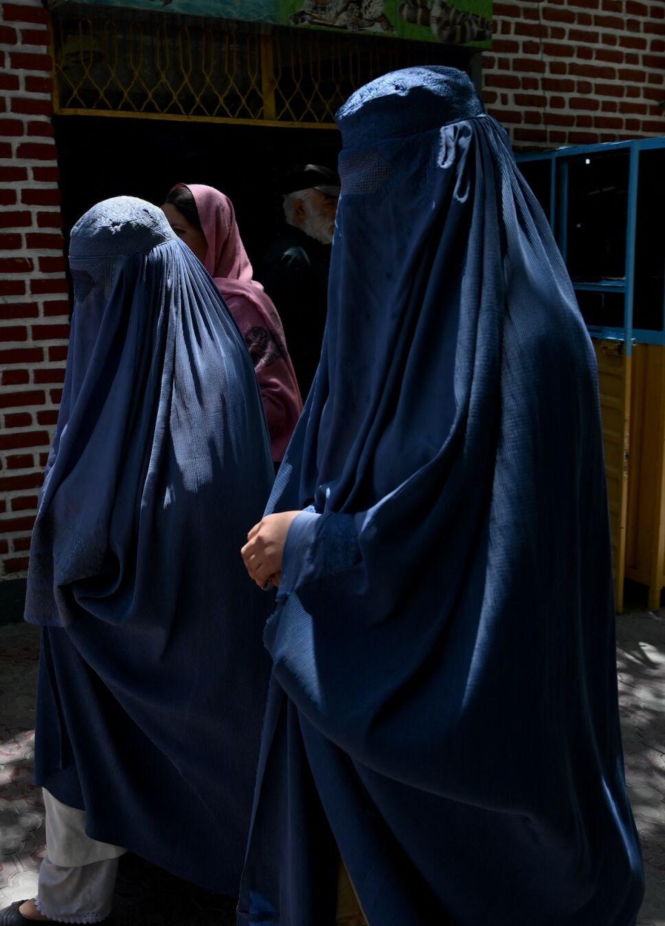 mujeres en kabul en burkas