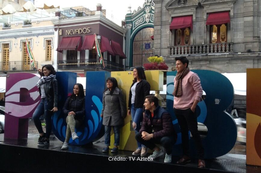 La académicos posando en las letras de la hermosa Puebla.