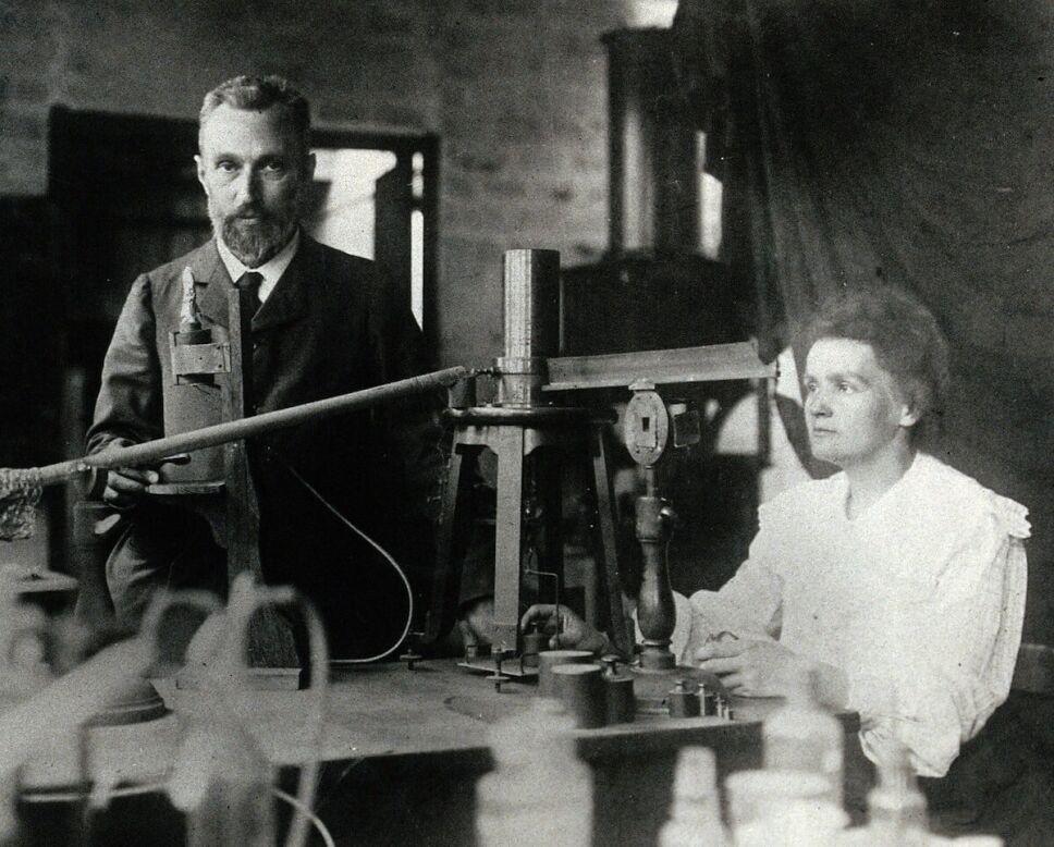 Pierre y Marie Curie en su laboratorio