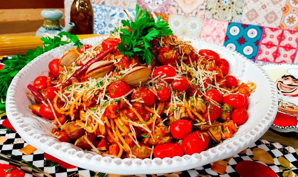 Espagueti con almejas jitomate cherry chile y tocino