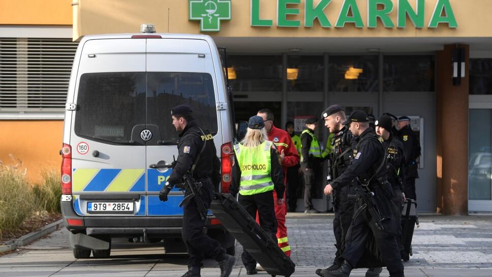 Agentes de policía pasan por delante del Hospital Universitario, donde ocurrió un tiroteo mortal en Ostrava, República Checa.