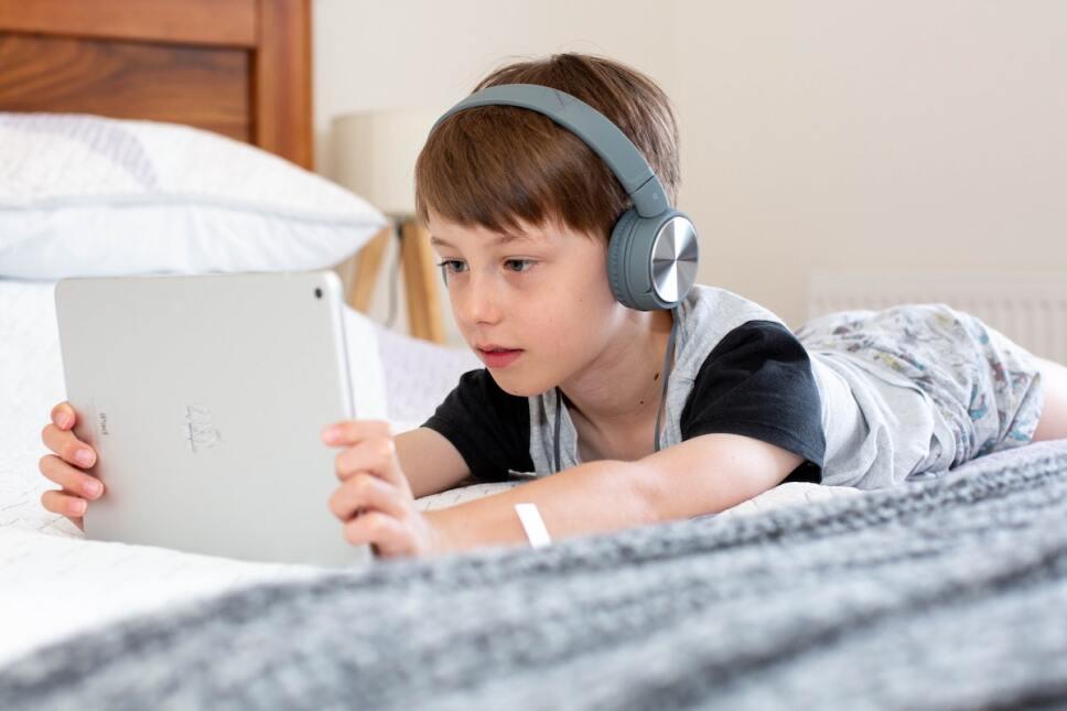niño en su tablet como protegerlo en linea
