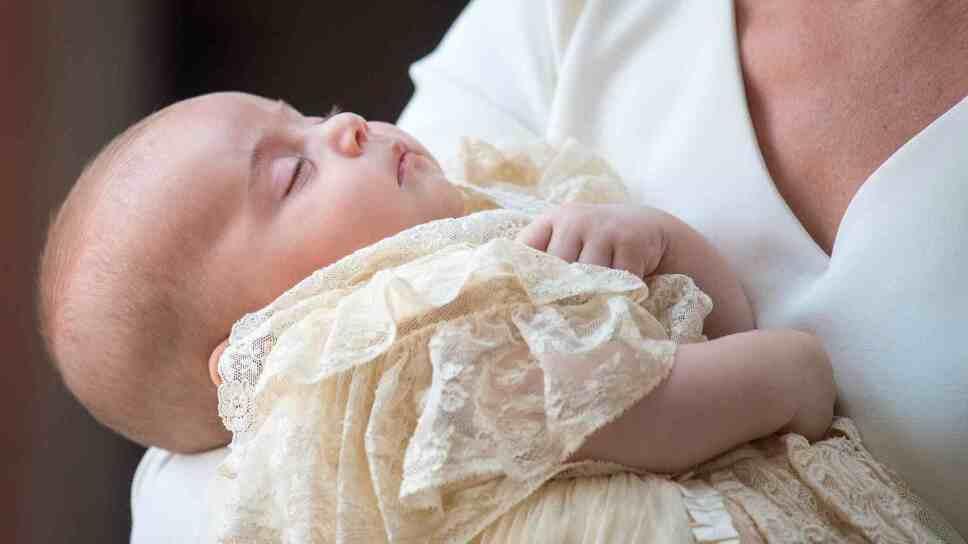 El príncipe Louis descansado en brazos de su madre Foto VCG Photo