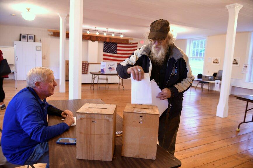 Dave Winborn votó en una estación en Granville, Vermont durante las elecciones de medio término.