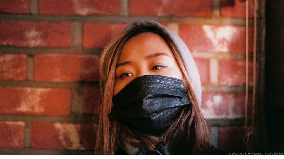Mujer asiática con tapabocas negro