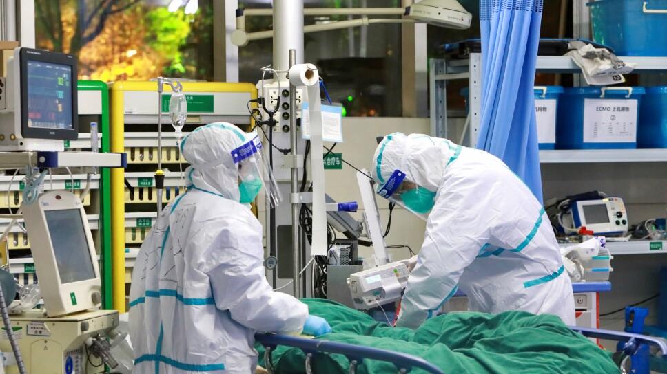 Personal médico en trajes protectores trata a un paciente con neumonía causada por el nuevo coronavirus en el Hospital Zhongnan de la Universidad de Wuhan, en Wuhan, provincia de Hubei (China), el 28 de enero de 2020