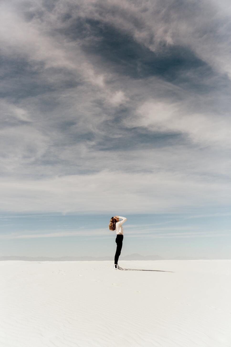 mujer de pie sola con manos en el rostro refranes machistas