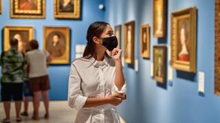 mujer con cubrebocas en museo