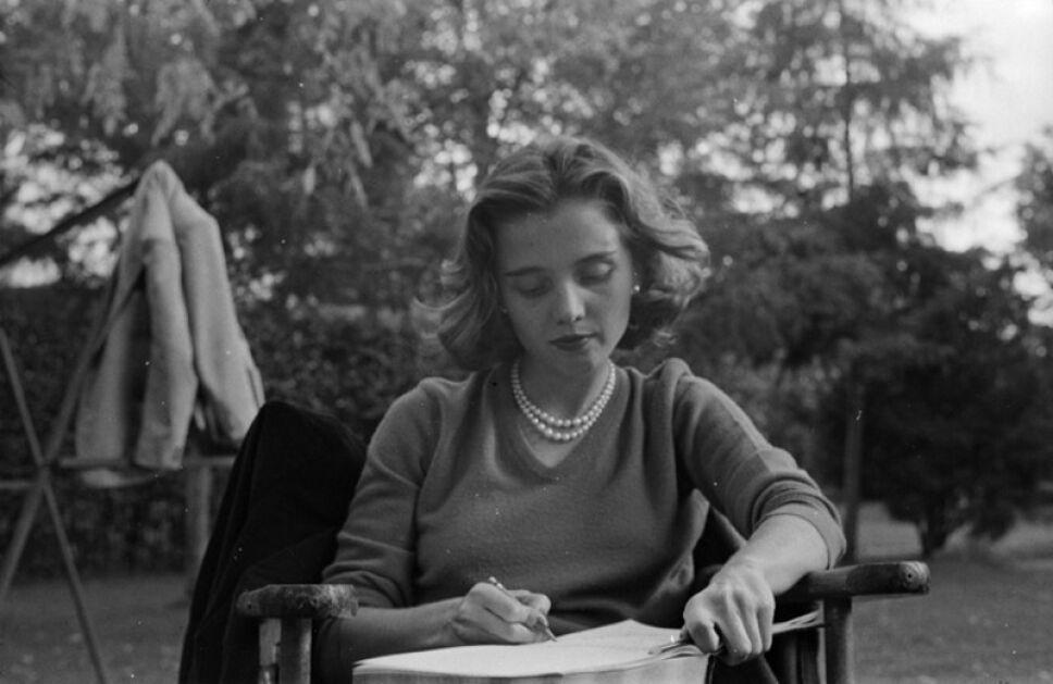 elena poniatowska escribiendo en el jardin