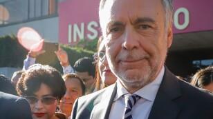 Alfonso Ramírez Cuéllar, entrega documentos al INE