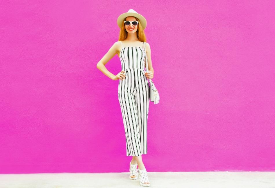 Usa rayas verticales. Las rayas verticales en los pantalones crearán la ilusión de que eres más alta. Esta forma alargará tu cuerpo y lucirás unos centímetros más grande.