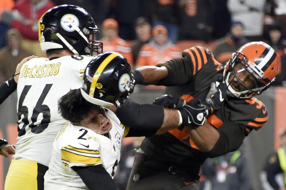 Myles Garrett golpea con el caso de Mason Rudolph en el partido entre Browns y Steelers