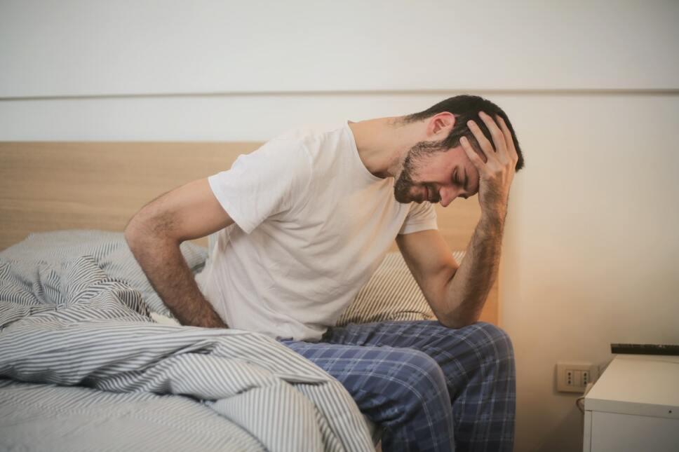 hombre con malestar intestinal reflexologia