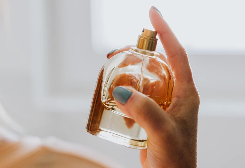 Una vez saliendo de la ducha, seca tu piel y coloca crema humectante. Inmediatamente coloca tu perfume.