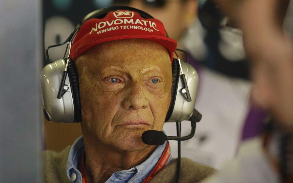 Niki Lauda, expiloto de la Fórmula Uno, observa desde los pits de Mercedes durante la primera práctica libre para el Gran Premio de Brasil. Imagen, AP.
