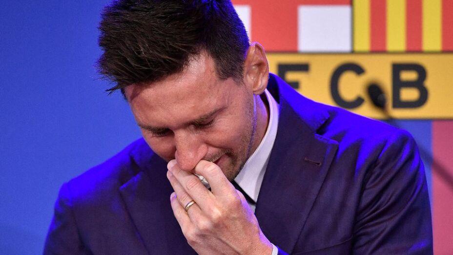 Messi llora al salir del barcelona.jpeg
