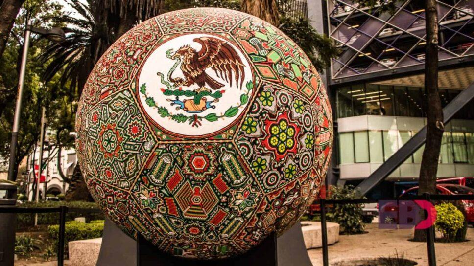 Balón inspirado en la Selexion Mexicana adornado con arte huichol  Foto Especial