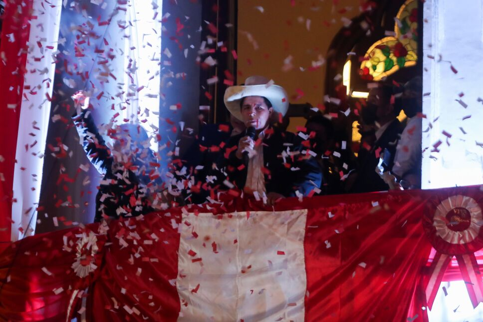 """El izquierdista Pedro Castillo se dirige a sus simpatizantes desde la sede del partido """"Perú Libre"""" después de que la autoridad electoral lo anunciara como el presidente electo tras la segunda vuelta de las elecciones en Perú."""