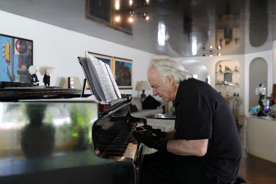 Guantes biónicos permiten a pianista regresar a tocar