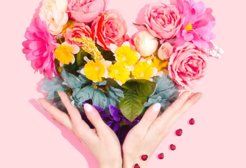 Para evitar esto lo mejor es elegir un quitaesmaltes sin acetona que no afecte tus uñas.