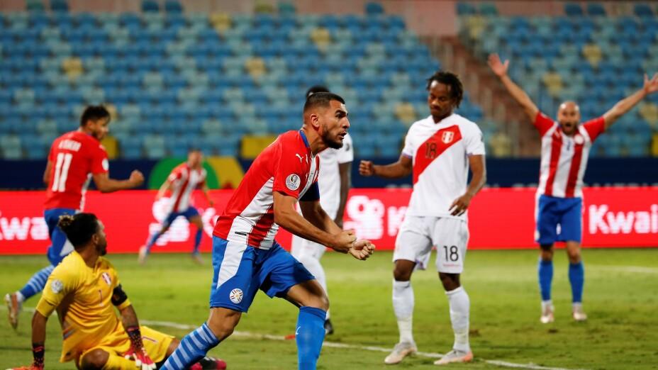 Júnior Alonso celebra con la Selección de Paraguay