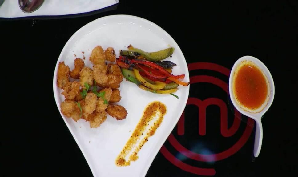 Calamar empanizado con panko y guarnición de chile morrón