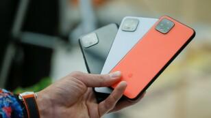 Un hombre sostiene los nuevos teléfonos inteligentes de Google Pixel 4 que se muestran durante un evento de lanzamiento en Nueva York.