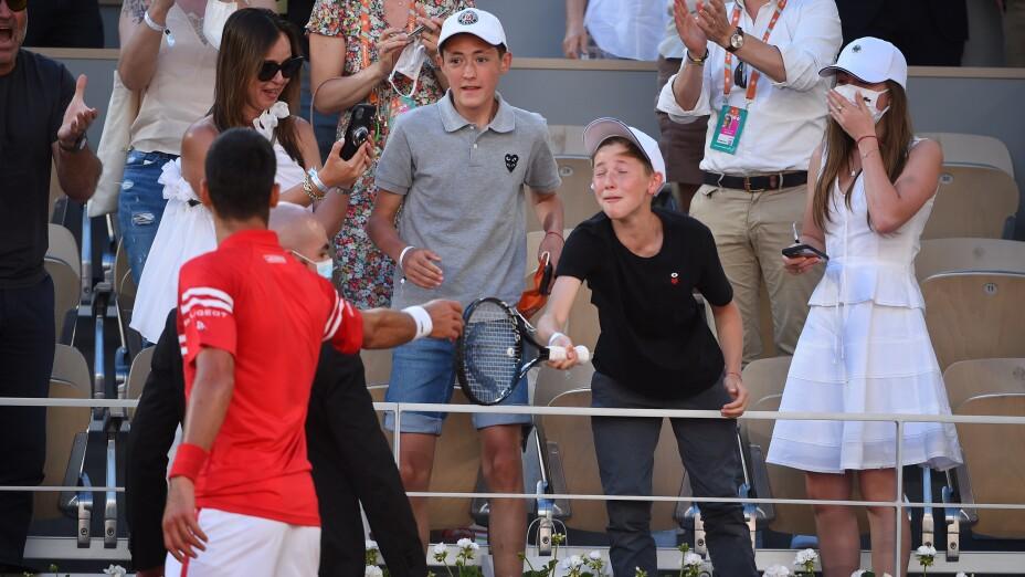 Djokovic obsequia su raqueta en Roland Garros