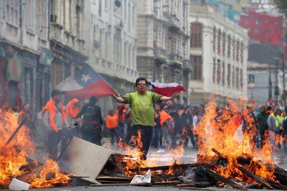 Un hombre de pie entre las barricadas en protesta contra el Gobierno en la costera ciudad de Valparaíso.