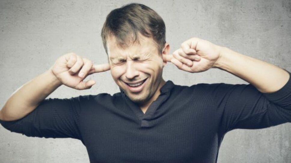 Algunas personas les molesta tanto escuchar el ruido que hacen otras al comer, beber o respirar, hasta el punto de llevarlas a un estado de desesperación.