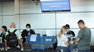 Foto de Archivo. Pasajeros hablan con empleados de Copa Airlines, usando máscaras protectoras, en el Aeropuerto Internacional de Tocumen después de que el gobierno panameño restringió los vuelos en los últimos días debido al brote de la enfermedad de