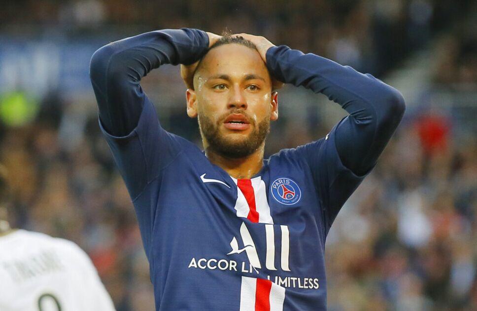 El delantero brasileño Neymar lamenta tras desperdiciar una ocasión de gol del Paris Saint-Germain en el partido de la liga francesa ante Angers, en el estadio Parc des Princes en París, el sábado 5 de octubre de 2019. Imagen: AP