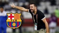 Xavi Hernández levanta la mano para dirigir al Barcelona
