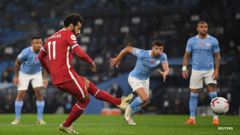 Mohamed Salah dispara el penal ante el City