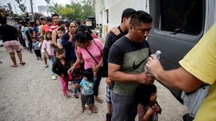 FOTO DE ARCHIVO: Inmigrantes hacen fila para obtener agua en un campamento de más de 2.000 migrantes que buscan asilo en Estados Unidos, mientras las autoridades locales se preparan para responder a la enfermedad del coronavirus (COVID-19) en Matamoros