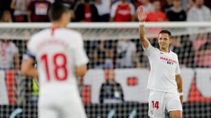 """Foto de archivo del delantero Javier """"Chicharito"""" Hernandez celebrando tras marcar un gol para Sevilla ante el Apoel Nicosia por la Liga Europa"""