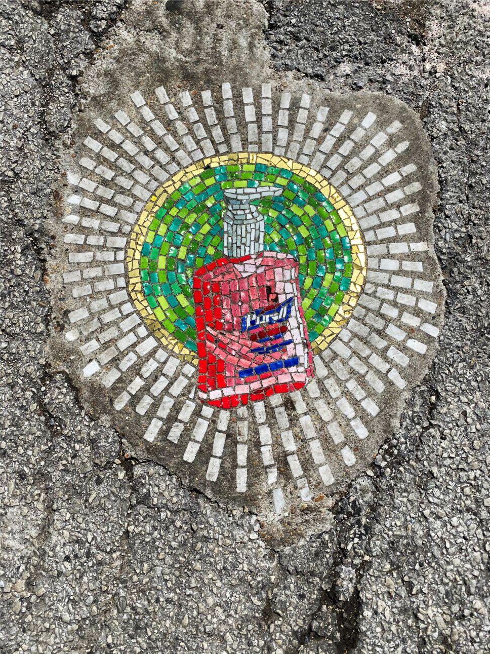 El artista de Chicago Jim Bachor crea cuatro mosaicos de baches con temas de pandemia en el lado norte de la ciudad.