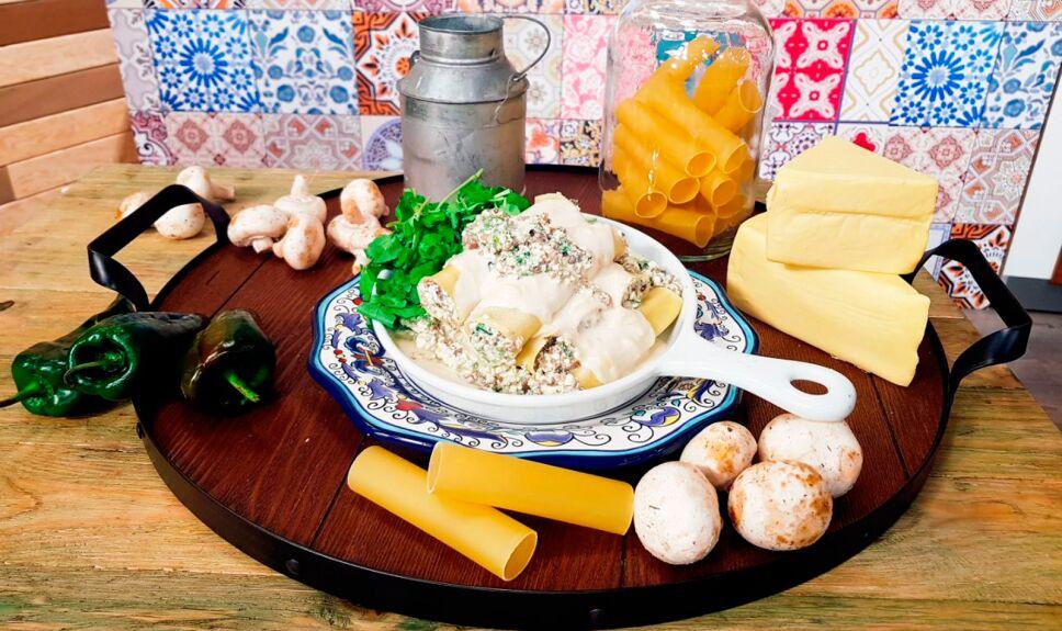Canelones rellenos de hongos en salsa de queso chihuahua