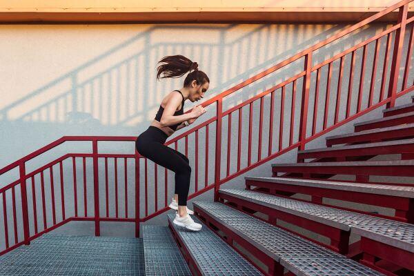 mujer saltando en escaleras